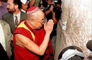 Dalai_Lama-WailingWall_kippah